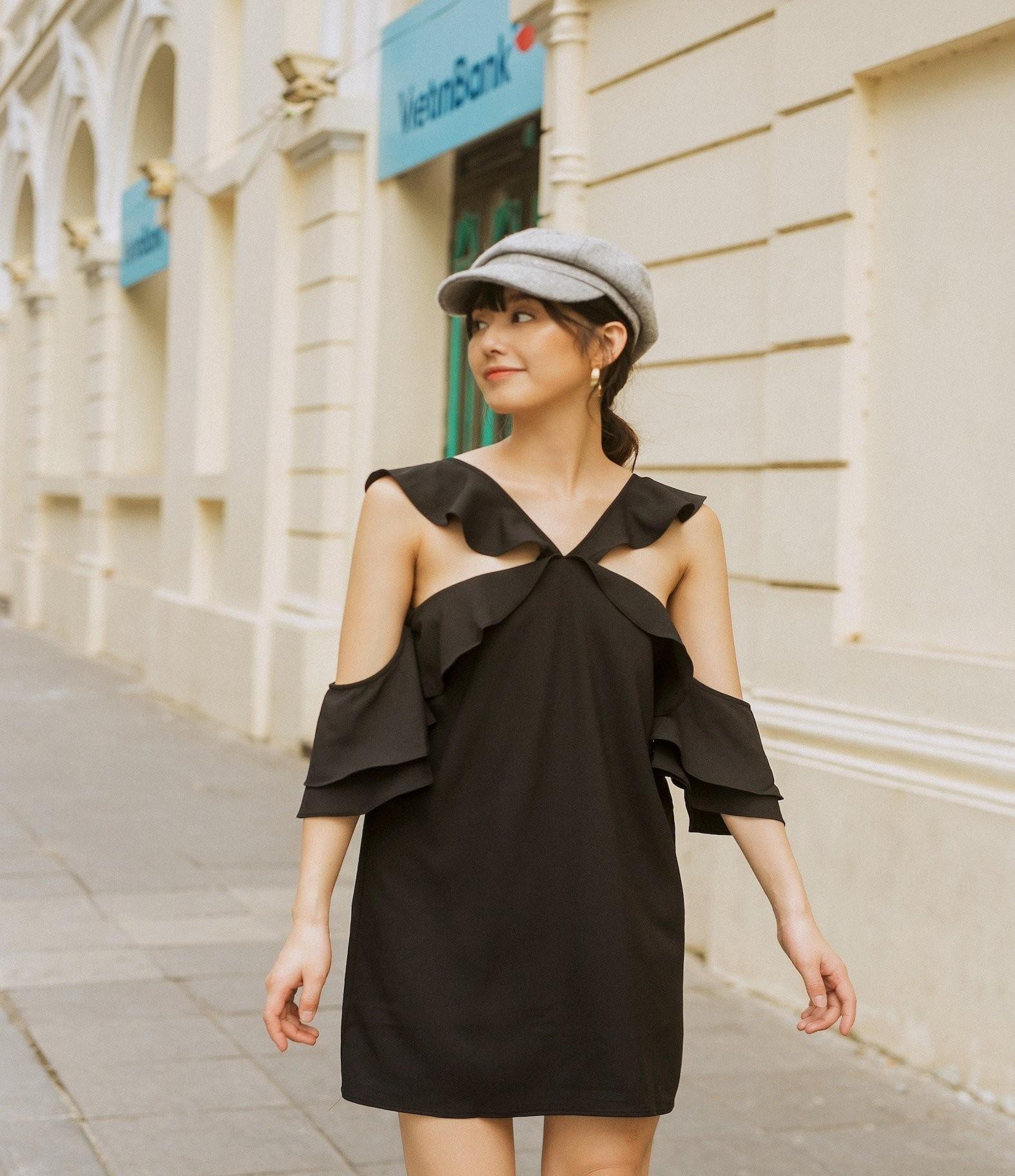Phần vai với thiết kế cách điệu tạo điểm nhìn cân đối và tăng thêm phần nữ tính cho trang phục.