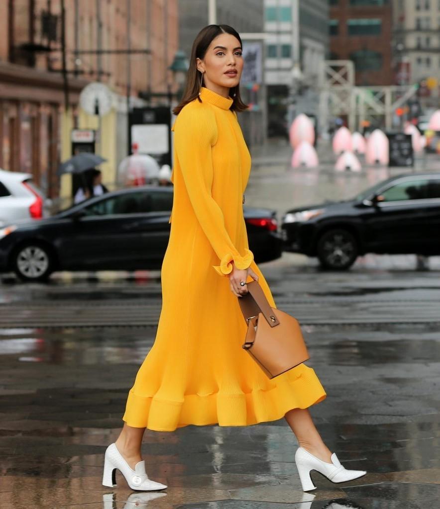 Một chiếc túi hoặc giày bốt trắng là lựa chọn thích hợp để nổi bật