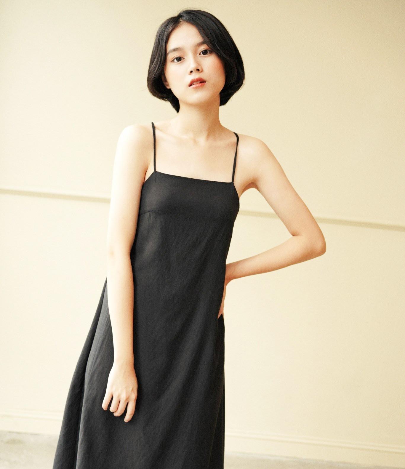 Thiết kế đầm đen tối giản cho thời trang thường ngày