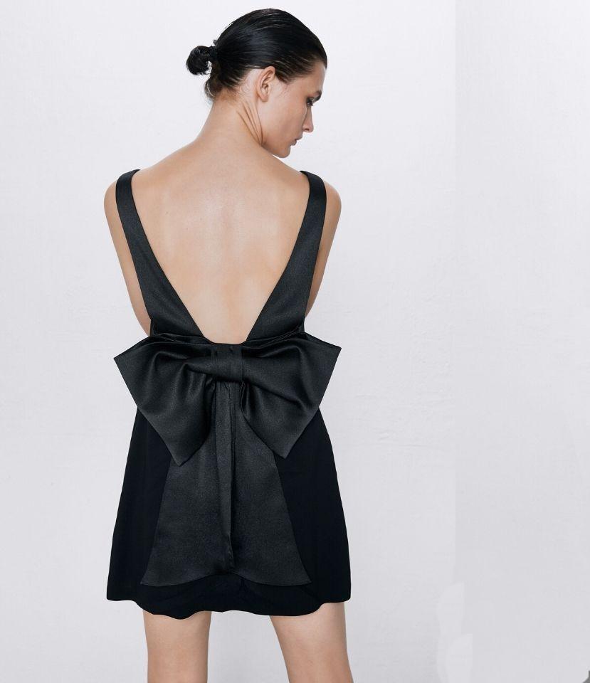 Thiết kế hở lưng và chiếc nơ to bản tạo điểm nhấn mềm mại cho tổng thể