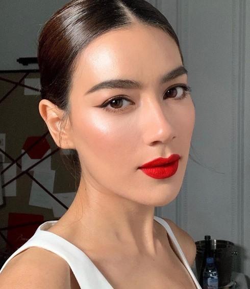 Đôi môi mới sắc đỏ tươi sáng sẽ giúp cho bạn trở nên nổi bật và tự tin