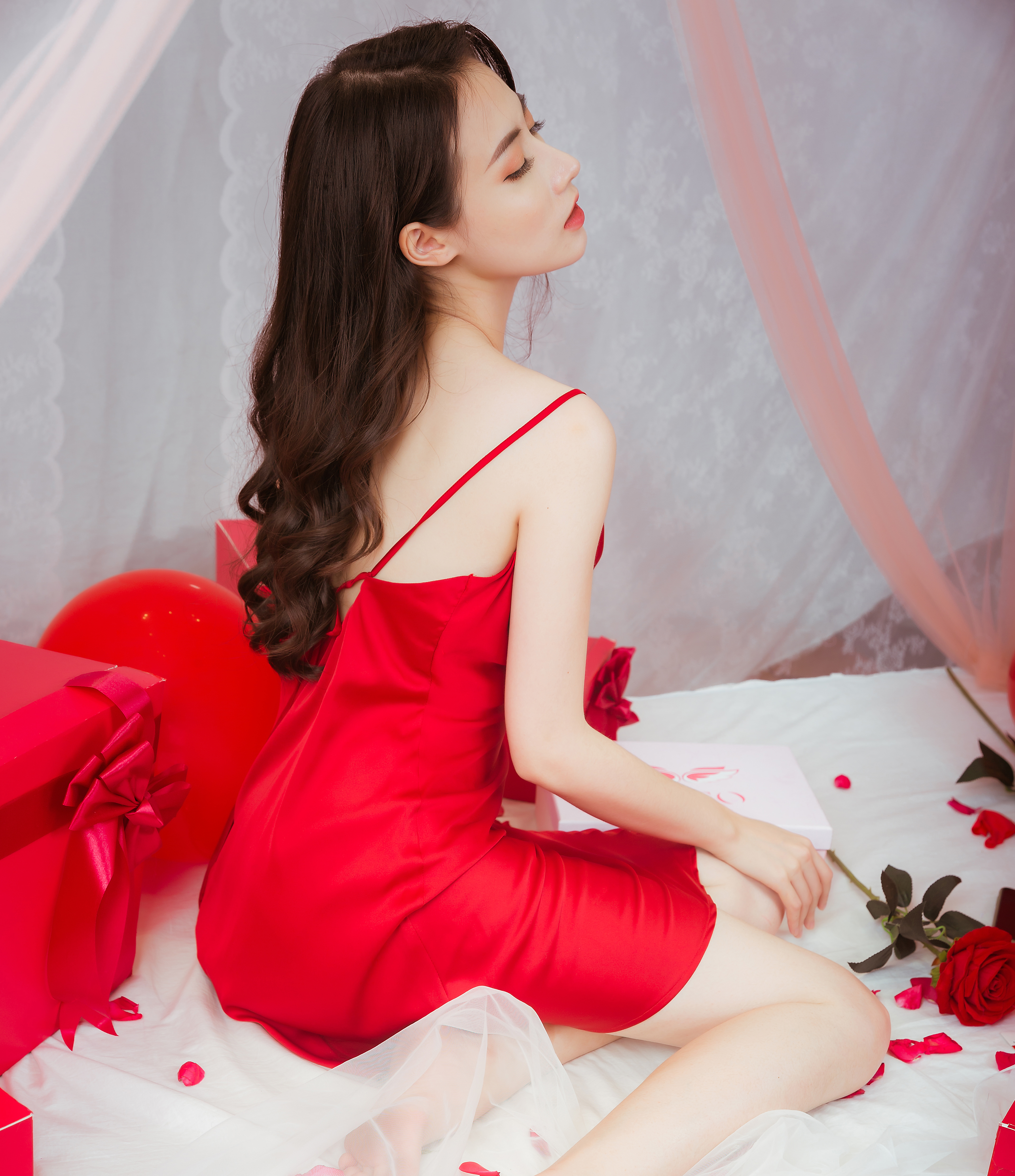 Quyến rũ ngọt ngào với đồ ngủ lụa màu đỏ