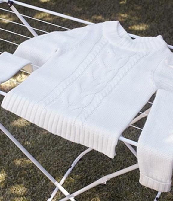 Với trang phục cầu kì cần chú ý để phơi quần áo không bị phai màu