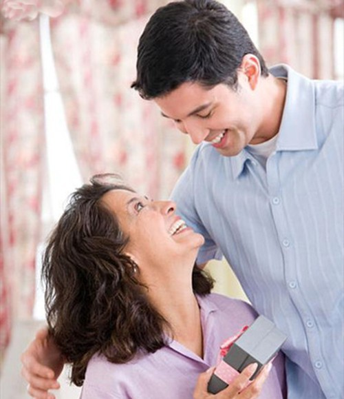 Chọn quà tặng mẹ vợ tương lai cần đặc biệt lưu ý đến tuổi tác